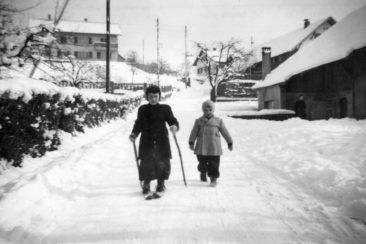Peter und Heinz Humm am Säuhöbel 1953, rechts das Haus von Hebamme Büchli