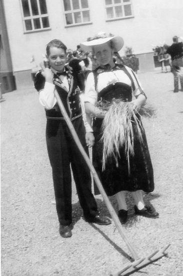Adolf mit Mutter Senn-Hartmann (Sennegrösi)