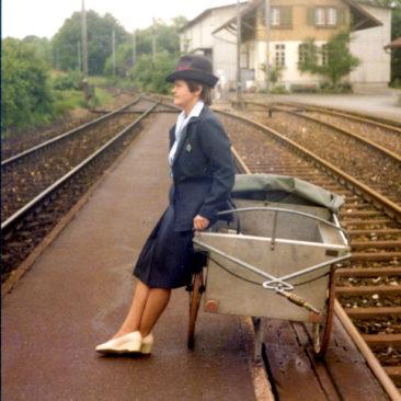 Therese Müller wartet auf den letzten Postzug am 2.6.1984