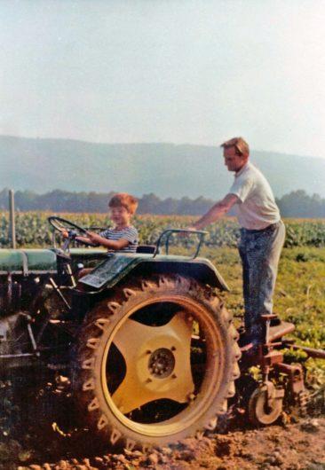 Beat Muggli zeigt Walter Rickli wie man Traktor fährt