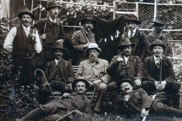 Arnold Bolliger 3. sitzend von links (Grossvater von Steve, Ruth und Hebi Bolliger) um 1900