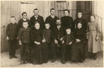 Fam. Wilk  vor ihrem Haus an der Wildeggerstrasse um 1912
