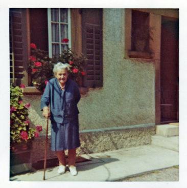 s'Tante Negerli vor dem Haus Ernst Dietiker an der unteren Goldwand