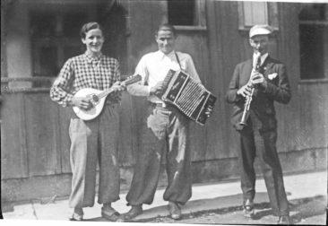 diese 3 Musiker stehen vor dem Kosthaus  v.l.n.rechst Löffler ?, Frei Kari, Kull Ernst