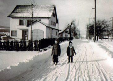 Otto 36 und Charlotte Hirzel 38 im Winter 1941/42 vor ihrem Elternhaus an der alten Wildeggerstrasse