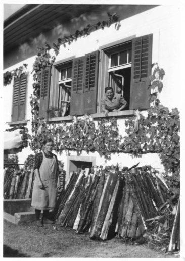 links Frau Ventura rechts Frau Hilda Schneider-Hauri 1900-1983  am Saxerweg (Schniderlädeli)