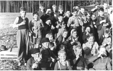 Herbst 1946 Znüni beim Kartoffelauflesen