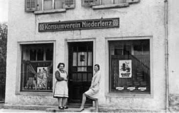 Konsumverein an der Hauptstrasse, links Liseli Studer-Häusermann, rechts Hulda Hiltmann-Kull um 1938