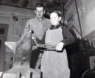 Schmied-Meister Adolf Gloor mit Lehrling um 1950 (Name dess Lehrlings noch unbekannt)