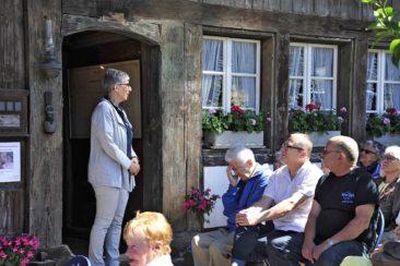 Jeanette Schmidmeister begrüst charmannt die Gäste zur Eröffnung der Museumssaison