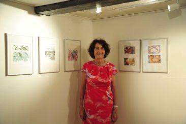 Helen Basler mit ihren Kunstwerken