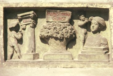 Relief gemeisselt von Bildhauer und Steinmetz Arnold Ruoss (1886-1962) das leider beim Hausabbruch verloren ging