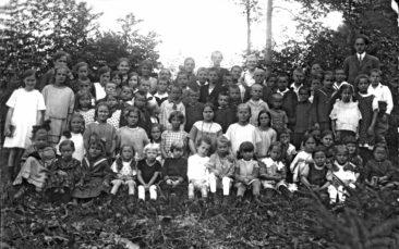 Sonndigschuel um 1924 mit dabei Kull Emmi 16 und Kull Marti 19